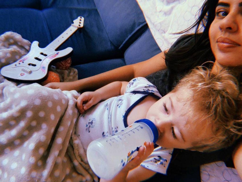 bebê Bernardo, mamando no colo da titia Lis